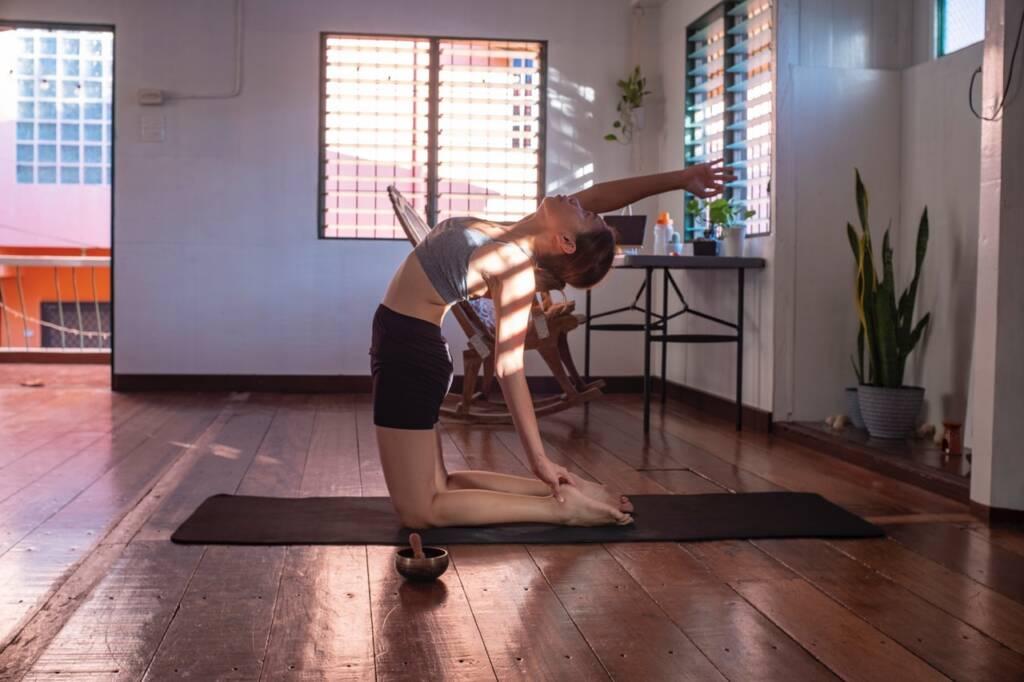 ćwiczenia młodej kobiety na macie - na wzmocnienie kręgosłupa